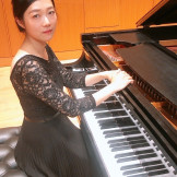 Minhae Lee playing the piano.